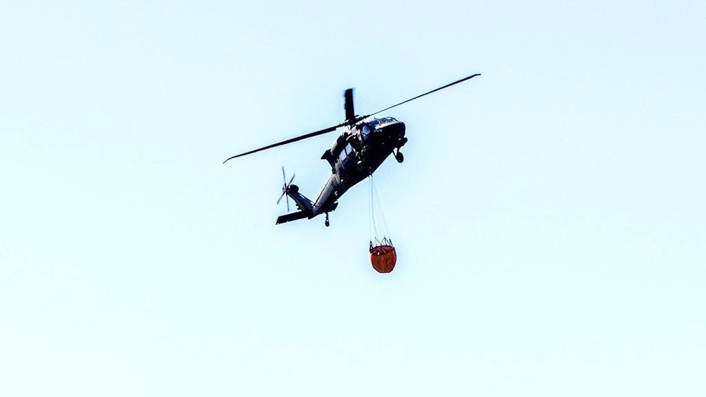 helikopter bekämpar skogsbrand