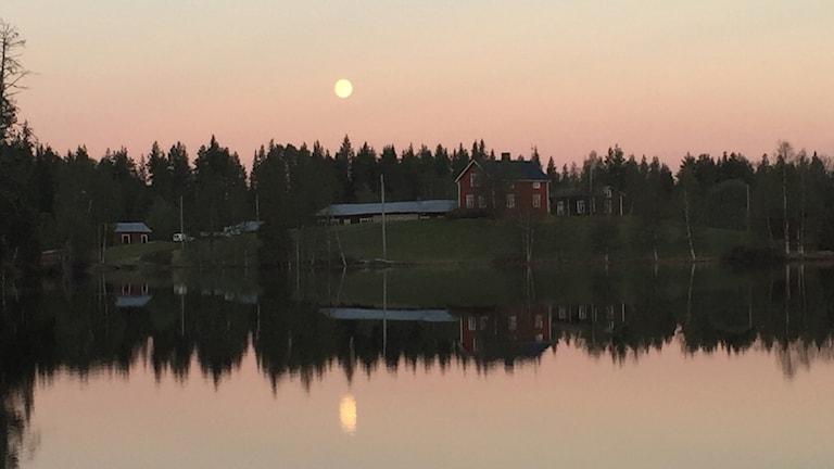 Anders Nygårds fotade grannes gård i månsken.