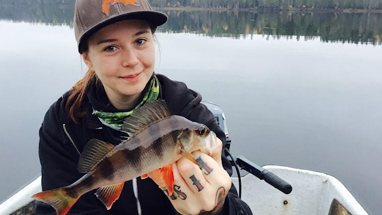 Michelle Staaf, fiskeguide i Råne Älvdal, håller upp storfångsten som drogs upp när P¤ Norrbotten fick följa med i jakten på gäddan.