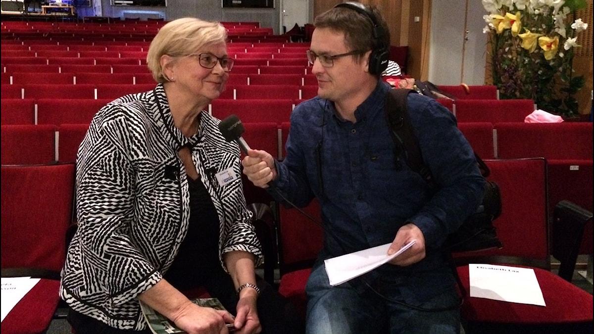 Teaterchefen Elisabet Lax och P4 Norrbottens André Pettersson i Lärkans aula.