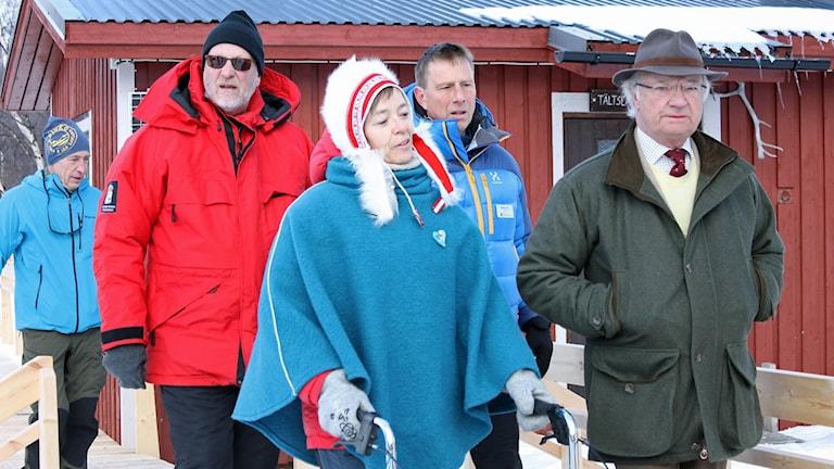 Norrbottens landshövding Sven-Erik Österberg, tillgänglighetskonsult Nannie Fredrikson, Svenska turistföreningens generalsekreterare Magnus Ling och kung Carl XVI Gustaf besöker Abiskojaurestugan.