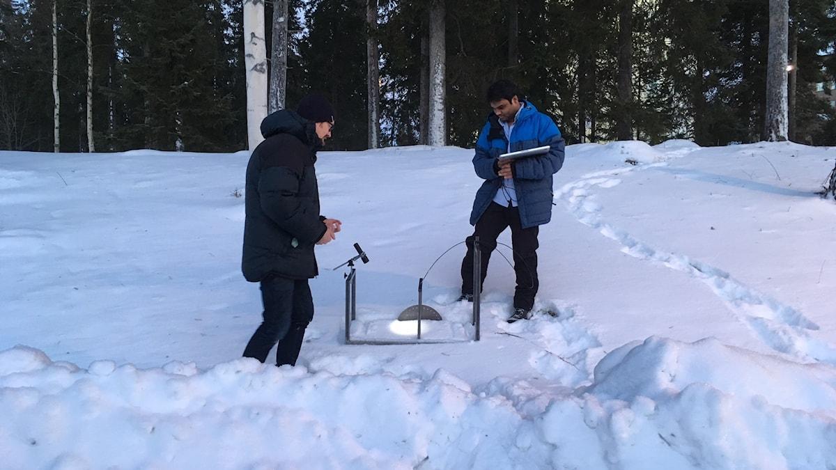 Johan Casselgren och Lavan Kumar Eppanepelle riggar utrustningen som ska kunna testa snön utomhus till exempel i skidspår.