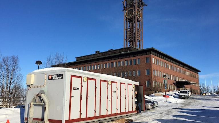 Bajamajor utanför Kiruna stadshus.
