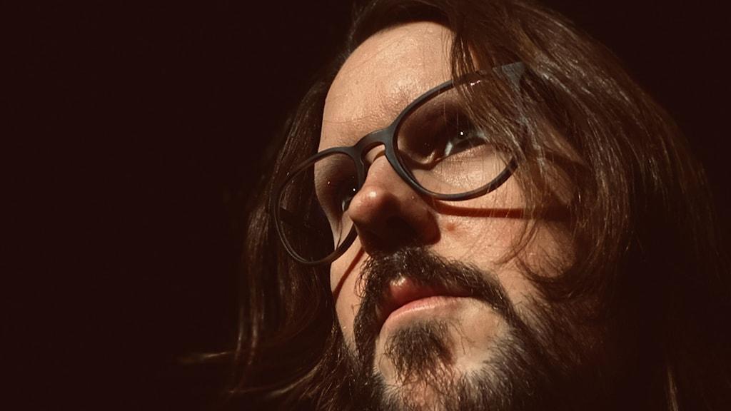 Närbild på Jonas Eriksson i brunt hår och glasögon