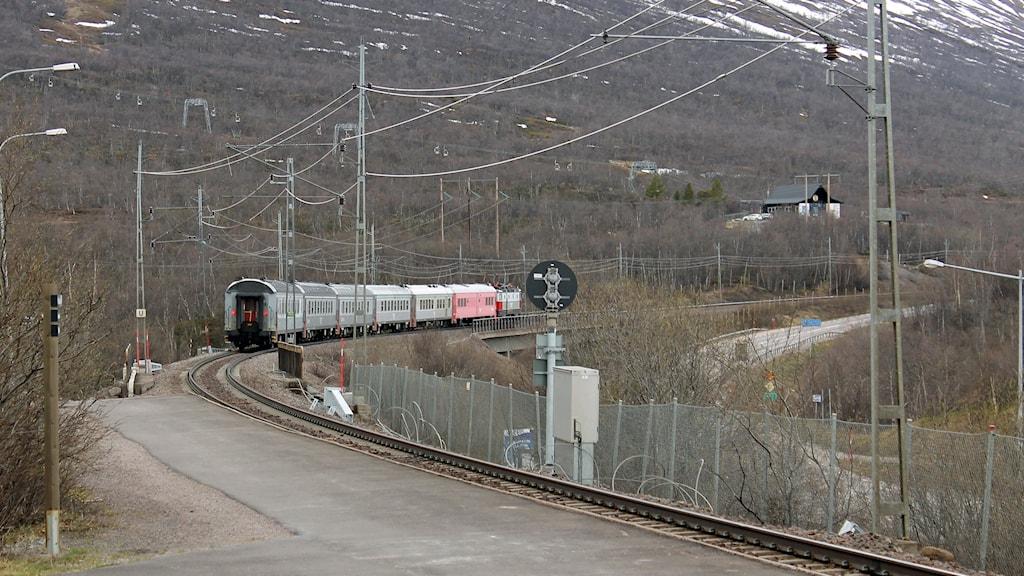 Arkivbild på tåg som passerar Abisko genom Malmbanan