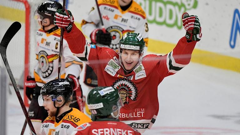 Frölundas Jacob Moverare jublar för Rhett Rakhshanis 1-0 mål under lördagens ishockeymatch i SHL i SM-slutspelet semifinal 4 i bäst av 7 mellan Frölunda HC och Luleå HF i Scandinavium.