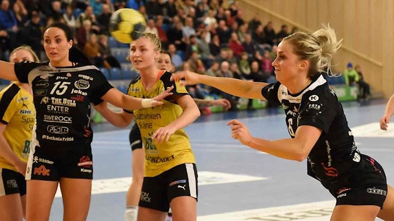 Boden Handbolls Emmy Nordmark skjuter mot mot Eslöv i SHE.