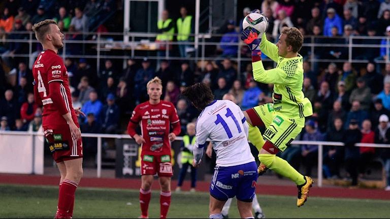 Piteå IF:s debutant Anton Norén, 17, plockar ner ett inlägg.