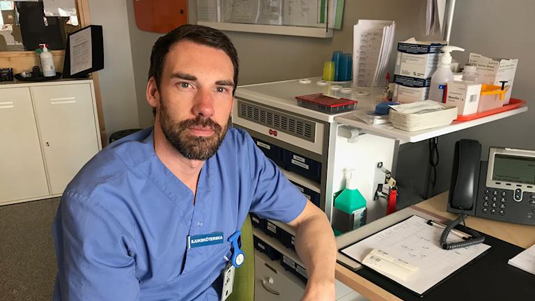 Relativt nyexaminerade Peter Johansson, sjuksköterska på ortopeden, tycker att satsning på bättre karriärvägar är bra för att locka erfaren personal att stanna kvar.