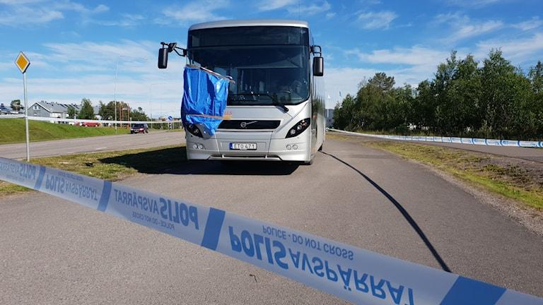 Den avspärrade bussen dagen efter, med blå plastpåse över främre fönstret.