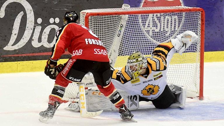 Luleå Hockeys Johan Forsberg missar straff mot Skellefteås målvakt Joni Ortio.