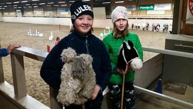 Edvin och Sandra med sina käpphästar.