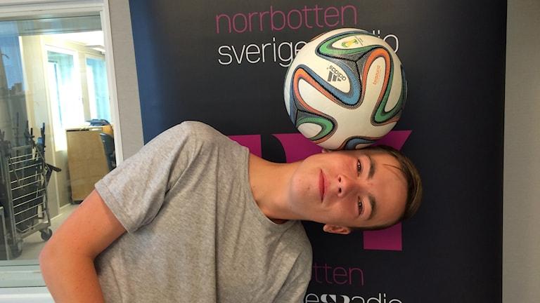 Hannes Turovaara med fotbollen på huvudet. Foto: Tova Nilsson/Sveriges Radio