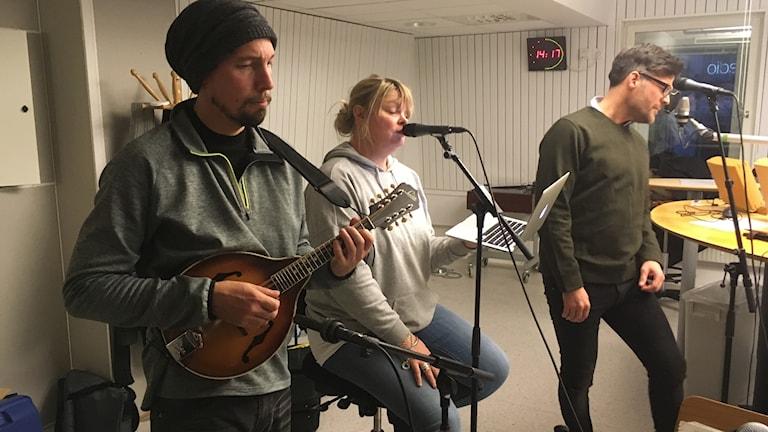 Britta Bergström och Magnus Nordlund bjuder på julmusik.