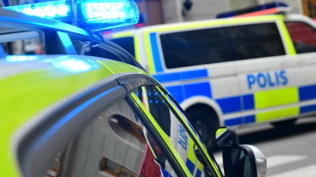 Polis med blåljus