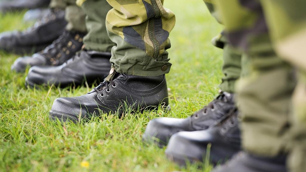 Kängklädda fötter på soldater som står på rad.