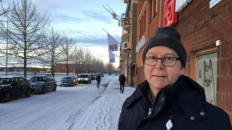 Glenn Berggård på vintrig trottoar i Luleå.