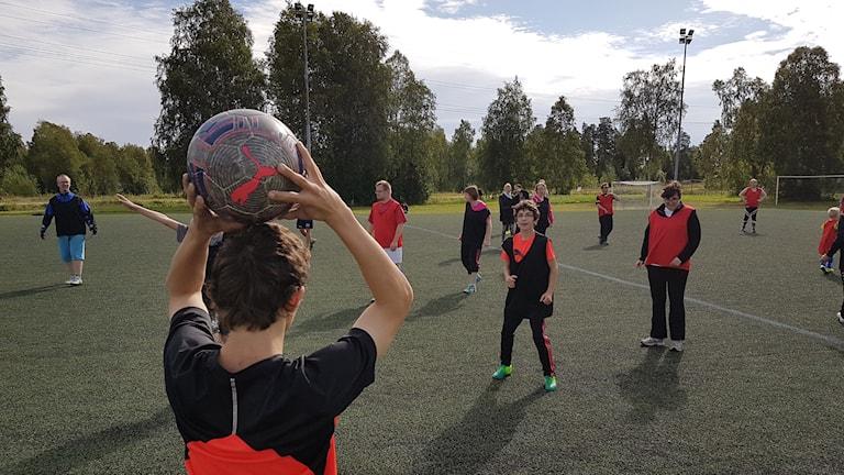Fotboll på Örnäsets IP under Luleå handikappidrottsförenings aktivitetsvecka.