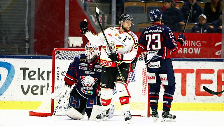 Luleås Johan Harju jublar efter att ha gjort mål.