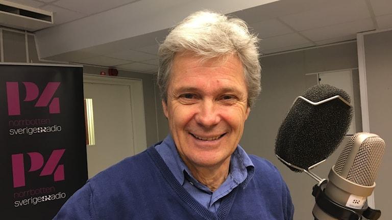 En leende Håkan Karlsson i radiostudion.