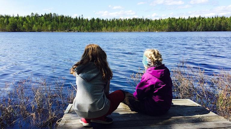 Flickor som väntar på napp i Hertsöträsk
