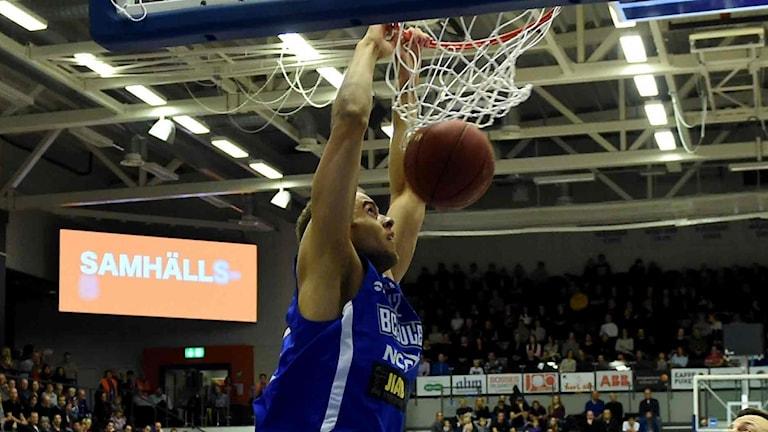 BC Luleås Denzel Andersson mot Uppsala i basketligan.
