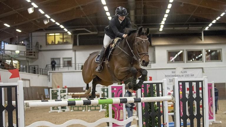 Hoppryttaren Fanny Blanck från Piteå och hennes häst Luxor mitt i ett hopp. Bild från ett tidigare tillfälle.
