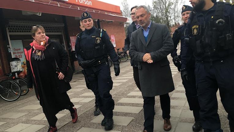 Jan Björklund, Liberalernas partiledare, besökte Porsön i Luleå tillsammans med polisen.
