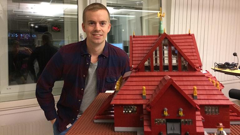 Markus Wahlberg med sin lego-modell av Kiruna kyrka.