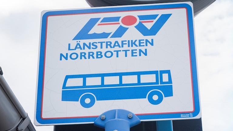 Skylt vid busshållplats för Länstrafiken Norrbotten.