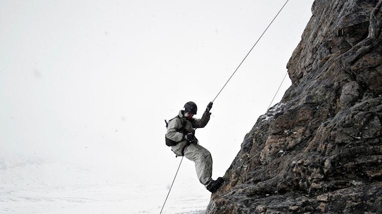 Blivande jägarsoldater från Jägarbataljonen under klätterutbildning i vintermiljö. , en del i grundutbildning fjällmiljö.