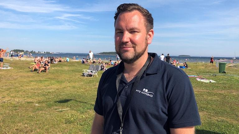 Pite Havsbads ägare Tobias Lindfors på stranden.
