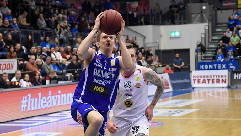 BC Luleås Adam Rönnqvist mot Uppsala i basketligan.