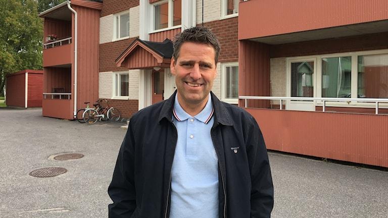 Nicklas Öhman, kundservicechef på Pitebo, utanför studentlägenheter på Ankars i Piteå.