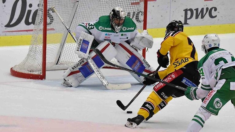 Patrick Cehlin bryter in framför Rögles mål.
