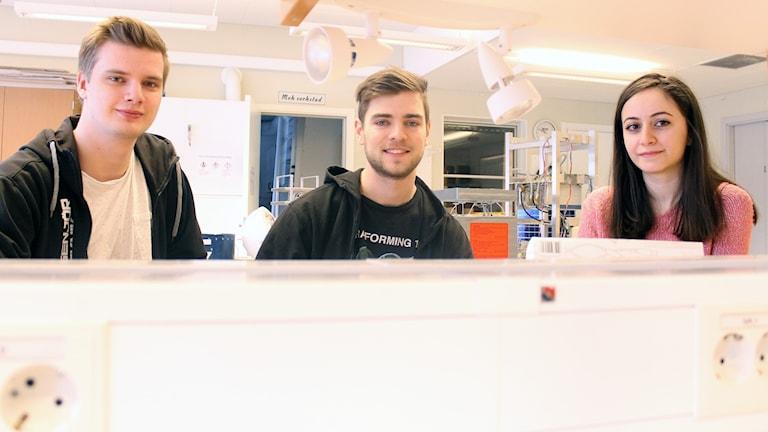 Gustaf Ljungné, Jakob Östberg och Sarah Zayouna vid Luleå tekniska universitet jobbar med studentprojekt som ska skickas iväg med höghöjdsballong från Esrange.