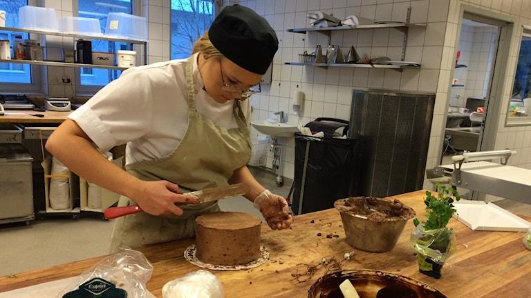 Evelina, elev på gymnasiets restaurang- och livsmedelsprogram i Luleå.