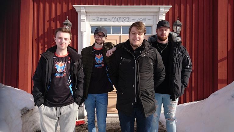 E-sportlaget Mockit med Samuel Cline, Harry James Wright, Adry Mostert och Rory Lonsdale utanför Norrbottensgården i Sävast.