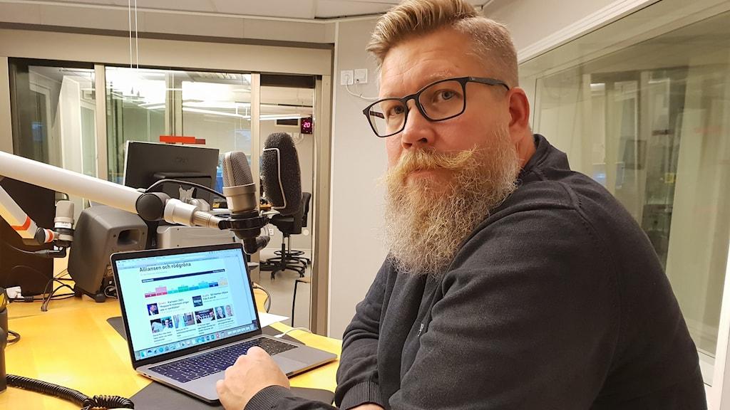 Statsvetaren Simon Matti från Luleå tekniska universitet i P4-studion.