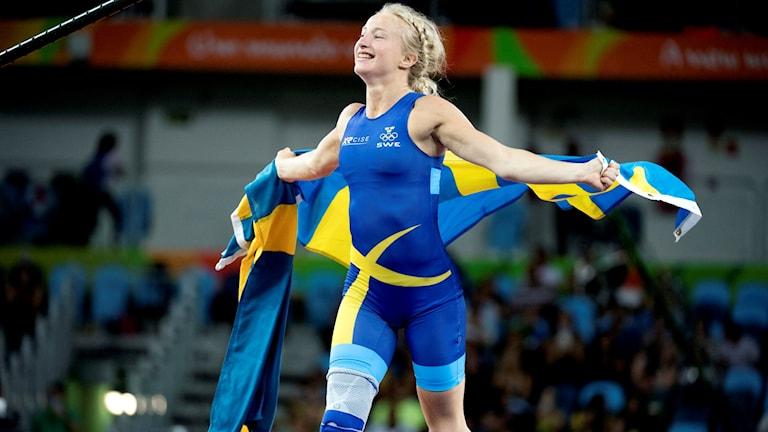 Sofia Mattsson med svenska flaggan efter OS-bronset i Rio 2016.