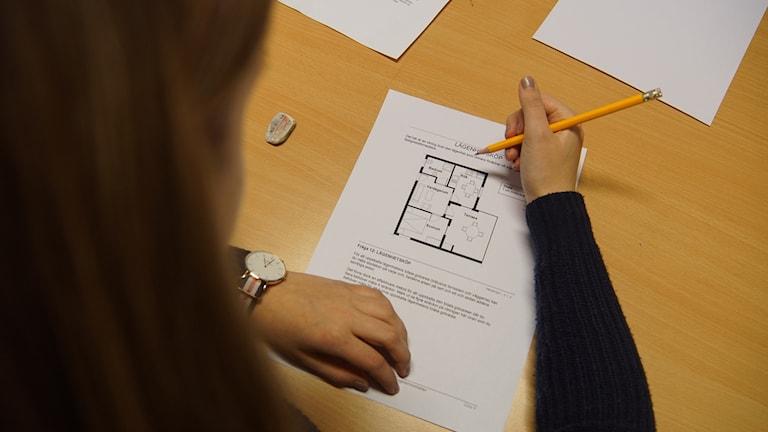 Elev gör ett test i Pisa-Undersökningen. Foto: Pekka Kenttälä/ Sveriges Radio