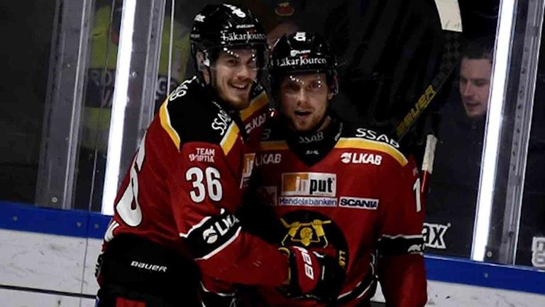 Luleå Hockeys Emil Larsson och Petter Emanuelsson jublar