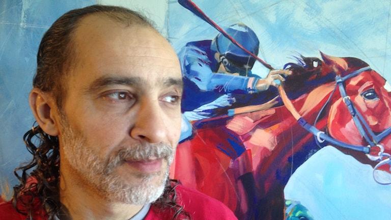 Konstnären Maher Abdul Aziz ställer ut målningar på Bodentravet.