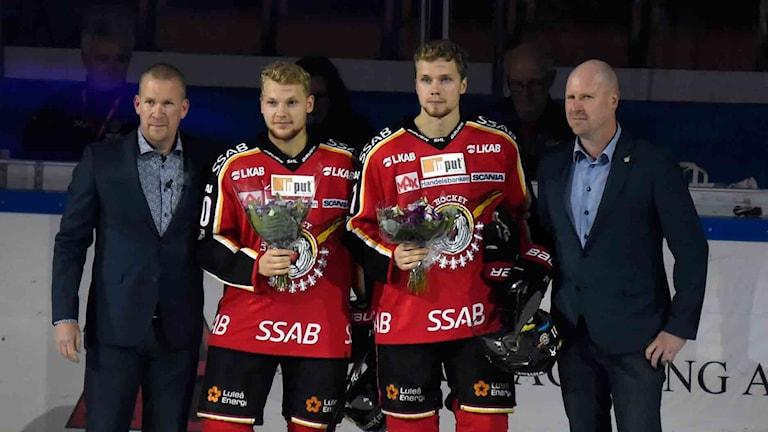 """Luleå Hockeys Einar Emanuelsson och Petter Emanuelsson flankerade av general manager Stefan """"Skuggan"""" Nilsson och vice GM Ulf Engman."""
