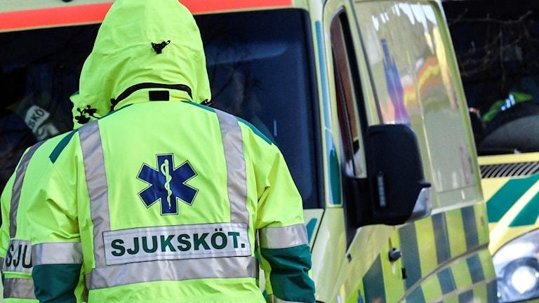 Vårdpersonal och ambulans