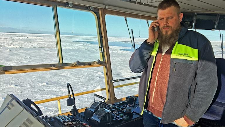 Ivan Öström, befälhavare på isbrytaren Ymer på kommandobryggan.