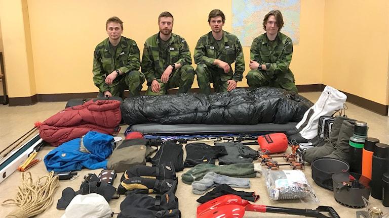 Daniel Engström, Svante Berg, Jonathan Isaksson och Rasmus Staaf förberders sig för att korsa Greönland. Saknas på bilden gör Anton Dalman.