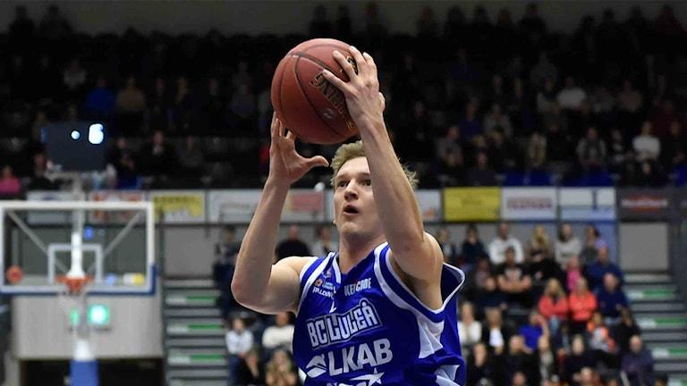 BC Luleås Adam Rönnqvist mot Umeå i basketligan.