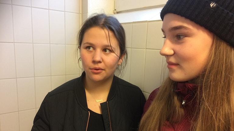 Åttondeklassarna Jasmin Amin och Evelina Engström Nilsson visar duschbåsen på Sjöparksskolan i Gällivare.