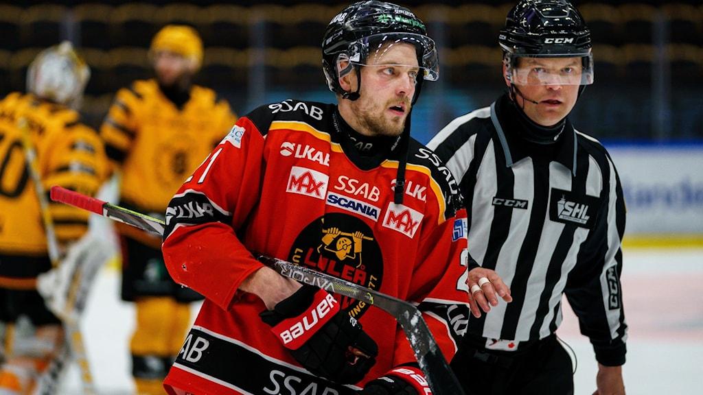 uleås Juhani Tyrväinen lämnar isen efter matchstraff under kvartsfinal sju i SHL mellan Skellefteå och Luleå den 20 april 2021 i Skellefteå.